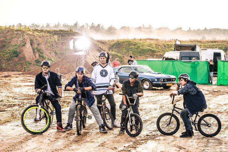 na-planie-filmu-the-bike-brothers